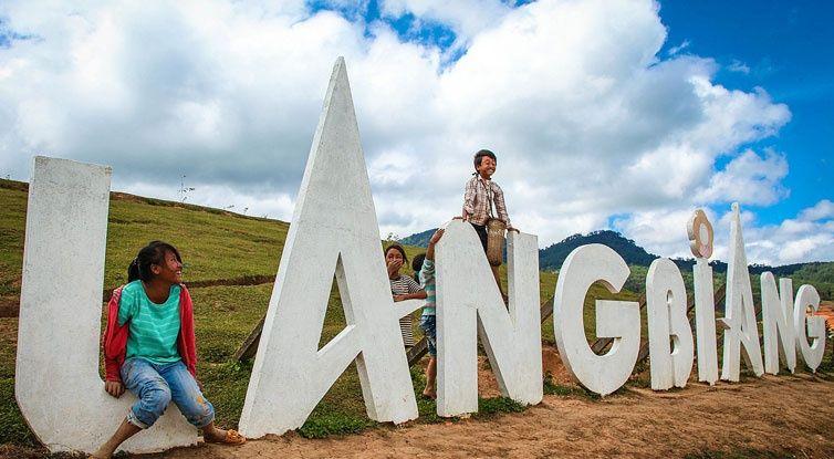 chụp hình cùng người bản địa langbiang - dalat24h.vn